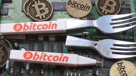 ビットコインとフォークの画像